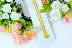 Guld- halsband 96 5 procent thailändsk guld- kvalitet med den guld- kroken och ro Royaltyfri Fotografi