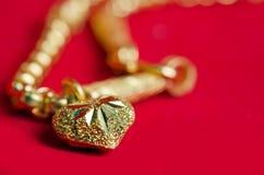 Guld- halsband 96 5 procent thailändsk guld- kvalitet med guld- hjärtapenda Arkivbild