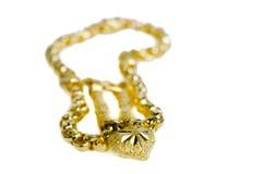 Guld- halsband 96 5 procent thailändsk guld- kvalitet med guld- hjärtapenda Arkivfoton