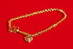 Guld- halsband 96 5 procent thailändsk guld- kvalitet med guld- hjärtapenda Arkivbilder