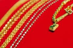 Guld- halsband 96 5 procent thailändsk guld- kvalitet med guld- hjärtapenda Royaltyfri Foto