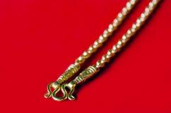 Guld- halsband 96 5 procent thailändsk guld- kvalitet med guld- krokisolat Arkivbild