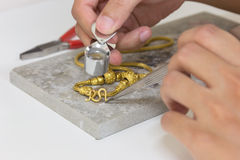 Guld- halsbandhandhantverk på stenen Royaltyfri Fotografi