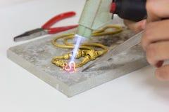 Guld- halsbandhandhantverk på stenen Fotografering för Bildbyråer