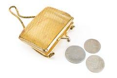 Guld- handväska med gammala europeiska mynt Arkivbilder