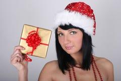 guld- hatt som rymmer den aktuella santa kvinnan Royaltyfri Foto
