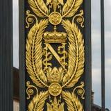 Guld- heraldiska lager av Napoleon Bonaparte, portar framme av den FONTAINEBLEAU slotten Royaltyfria Bilder