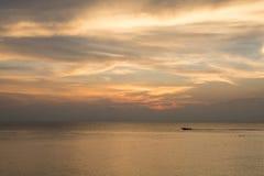 Guld- himmel över havet arkivbilder