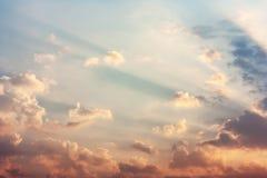 Guld- himmel i morgonen med solljus under molnen arkivbild