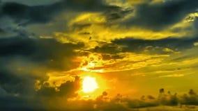 Guld- himmel med solsken i aftonen lager videofilmer
