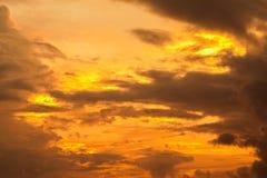 Guld- himmel och moln Arkivbilder