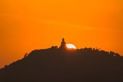 Guld- himmel på den stora Buddha på kulleöverkant av Phuket Thailand Royaltyfria Bilder