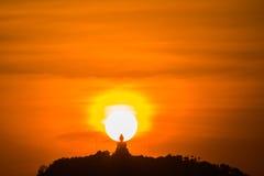Guld- himmel på den stora Buddha på kulleöverkant av Phuket Thailand Royaltyfri Bild