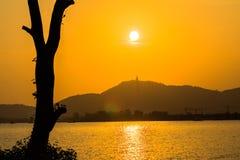 Guld- himmel på den stora Buddha på kulleöverkant av Phuket Thailand Arkivfoton