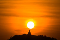Guld- himmel på den stora Buddha på kulleöverkant av Phuket Thailand Arkivfoto