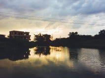Guld- himmel på grund av solen ner arkivfoton