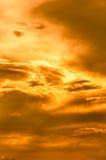 Guld- himmelbakgrund med vita moln Arkivbilder
