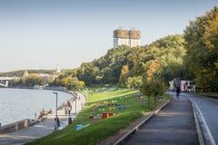 Guld- hjärnor som bygger - akademi av vetenskaper som bygger i Moskva Arkivbilder