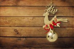 Guld- hjortprydnad för jul royaltyfri bild
