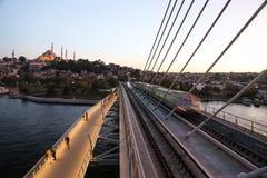 Guld- horn- tunnelbanabro i Istanbul, Turkiet Arkivbild