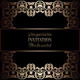 Guld- inbjudan för tappning eller bröllopkort på svart bakgrund, avdelare, titelrad, dekorativ fyrkantig spets- vektorram Arkivfoton