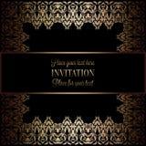 Guld- inbjudan för tappning eller bröllopkort på svart bakgrund, avdelare, titelrad, dekorativ fyrkantig spets- vektorram Royaltyfria Foton