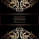 Guld- inbjudan för tappning eller bröllopkort på svart bakgrund, avdelare, titelrad, dekorativ spets- vektorram Arkivfoton