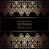 Guld- inbjudan för tappning eller bröllopkort på svart bakgrund, avdelare, titelrad, dekorativ spets- vektorram Arkivfoto