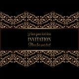 Guld- inbjudan för tappning eller bröllopkort på svart bakgrund, avdelare, titelrad, dekorativ spets- vektorram Royaltyfri Bild