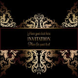 Guld- inbjudan för tappning eller bröllopkort på svart bakgrund, avdelare, titelrad, dekorativ spets- vektorram Arkivbilder