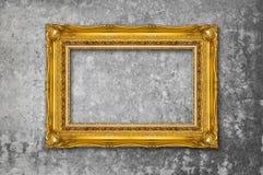 Guld- inrama på grungeväggen Royaltyfri Foto