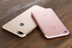 Guld- iPhone 7 plus och rosa iPhone 7 Royaltyfria Bilder