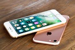 Guld- iPhone 7 plus och rosa iPhone 7 Royaltyfri Foto