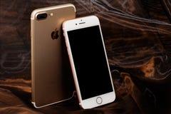 Guld- iPhone 7 plus och rosa iPhone 7 Fotografering för Bildbyråer