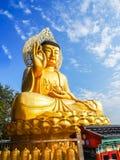 Guld- jätte- Buddha, huvudsaklig Buddhastaty på den Sanbanggulsa templet, Sa Royaltyfri Foto