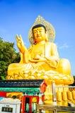 Guld- jätte- Buddha, huvudsaklig Buddhastaty på den Sanbanggulsa templet, Sa Arkivfoton