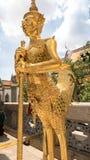 Guld- jätte- leendestaty Royaltyfria Bilder