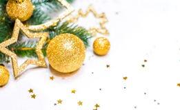 Guld- jul bakgrund, julkort, ställe för text Arkivfoton