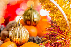 Guld- jul klumpa ihop sig i korgen med frukter Arkivbilder