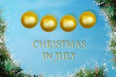 Guld- jul klumpa ihop sig med sörjer trädbladet på jul i Juli Arkivbild