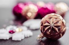 Guld- jul klumpa ihop sig på bokehbakgrund av xmas-prydnader Royaltyfria Bilder