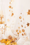 Guld- jul och vita garneringar Royaltyfri Fotografi