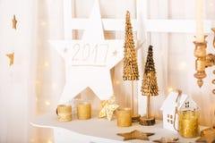 Guld- jul och vita garneringar Arkivfoton