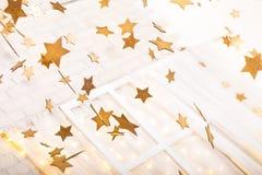Guld- jul och vita garneringar Royaltyfri Bild