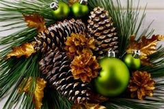 Guld- jul sörjer den kottar dekorerade kransen Royaltyfria Bilder