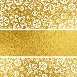Guld- julbakgrund med vita snöflingor, vektorillus royaltyfri illustrationer