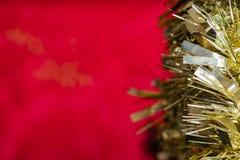 Guld- julbakgrund som är röd och, rum för kopia arkivbilder