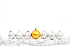 Guld- julboll- och silverbollar Arkivbild