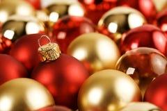 Guld julbollar för en Red Fotografering för Bildbyråer