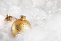 Guld- julbollar på feriebakgrund Royaltyfri Fotografi